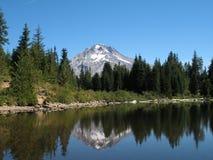 Montanha refletida no lago Foto de Stock