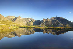 A montanha refletiu em um lago em Noruega do norte Imagem de Stock Royalty Free