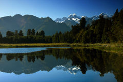 Montanha reflexiva, lago Matheson Imagens de Stock