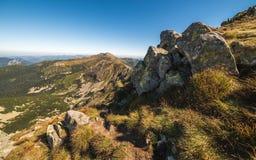 Montanha Ridge com fuga de caminhada e rochas no primeiro plano Foto de Stock Royalty Free