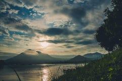 Montanha & rio imagens de stock