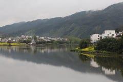 Montanha, rio e vila na China Oriental Imagem de Stock Royalty Free