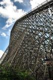 A montanha russa de madeira enorme foto de stock royalty free