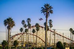 A montanha russa gigante do Dipper no parque de diversões de Santa Cruz Beach Boardwalk no por do sol, Californi foto de stock royalty free