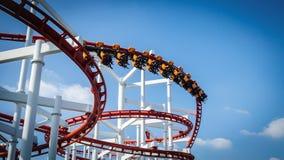 Montanha russa no parque de diversões com céu azul Fotos de Stock