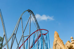 Montanha russa no parque temático de Entartainment do divertimento Fotos de Stock Royalty Free