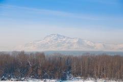Montanha só remota na névoa congelada Fotografia de Stock Royalty Free