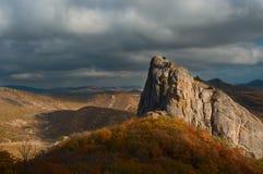 Montanha sob o céu nebuloso Fotos de Stock