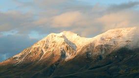 Montanha tampada neve no crepúsculo vídeos de arquivo