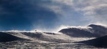 Montanha ventosa nos cumes com neve Fotos de Stock Royalty Free