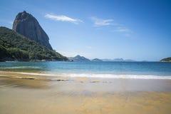 Montanha vermelha da praia e do Sugar Loaf, Rio de janeiro, Brasil imagem de stock