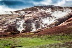 A montanha vulcânica emitiu-se o enxofre e o vapor, Islândia Fotografia de Stock Royalty Free