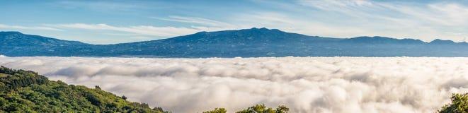 Montanhas acima das nuvens fotografia de stock