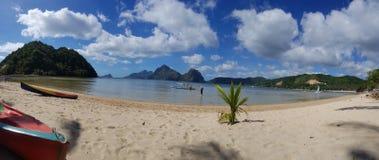 Montanhas agradáveis e EL limpo Nido Palawan do praia e o fresco do ar im fotos de stock