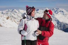 Montanhas alpinas dos esquiadores no fundo Foto de Stock