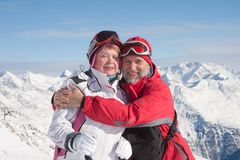 Montanhas alpinas dos esquiadores no fundo Fotos de Stock Royalty Free