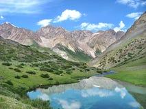 Montanhas altas com lago surpreendente Imagem de Stock Royalty Free