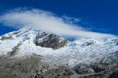 Montanhas altas da neve de Huascaran no Peru imagens de stock