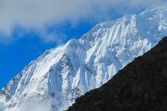 Montanhas altas da neve de Huascaran no Peru imagem de stock royalty free