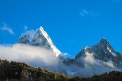 Montanhas altas da neve de Huascaran no Peru fotos de stock royalty free