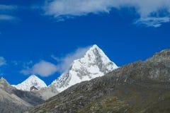 Montanhas altas da neve de Huascaran no Peru foto de stock