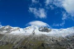 Montanhas altas da neve de Huascaran no Peru fotografia de stock royalty free