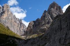 Montanhas altas e paredes íngremes nas dolomites Imagens de Stock