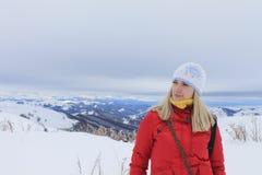 Montanhas altas louras novas bonitas da mulher Imagens de Stock Royalty Free