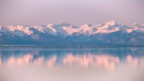 Montanhas altas na neve na praia Fotografia de Stock