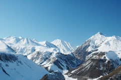Montanhas altas sob a neve no inverno Fotografia de Stock