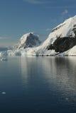 Montanhas & geleiras refletidas imagens de stock