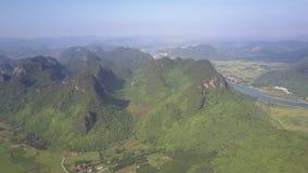 Montanhas antigas cobertas com a opinião superior da selva profunda video estoque