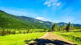 Montanhas ao longo da estrada da angra de Heffley-Louis BC em Canadá foto de stock