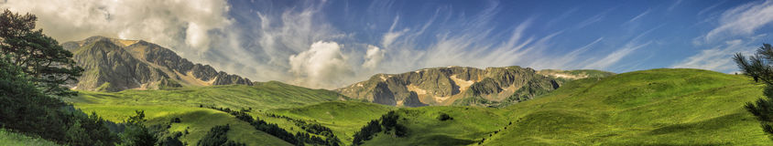 Montanhas arborizadas do panorama com nuvens Foto de Stock Royalty Free