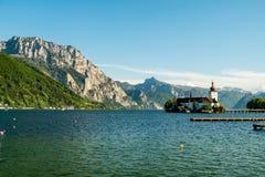 Montanhas atrás de Schloss Ort, castelo medieval no lago Traunsee, Salzkammergut, Áustria imagens de stock royalty free