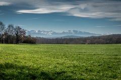 Montanhas atrás dos campos Imagem de Stock Royalty Free