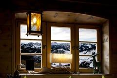 Montanhas através de uma janela Fotografia de Stock