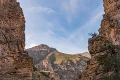 Montanhas através dos penhascos em Guadalupe Mountains foto de stock