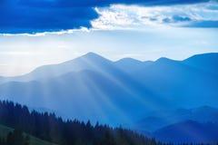 Montanhas azuis no por do sol Fotografia de Stock