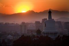 Montanhas Beijing China do por do sol de Beihai Stupa Fotos de Stock