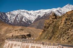 Montanhas bonitas atrás da estrada em Leh Imagem de Stock