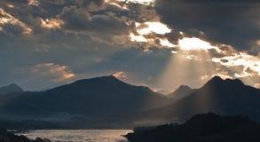 Montanhas bonitas com raio de luz Foto de Stock Royalty Free