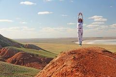 Montanhas bonitas da argila vermelha contra o céu azul Paisagem do deserto Espaço para o texto paisagem dramática da argila fotos de stock royalty free