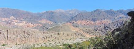 Montanhas bonitas e coloridas em um dia de verão ensolarado, em Tilca fotografia de stock