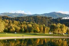 Montanhas bonitas e um lago no outono Baggersee, Innsbruck, Áustria fotografia de stock
