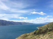 Montanhas, céu e lago Fotografia de Stock Royalty Free