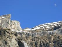 Montanhas, cachoeira e lua Imagem de Stock Royalty Free