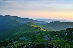 Montanhas Carpathian da manhã da esmeralda. Ucrânia Fotos de Stock Royalty Free