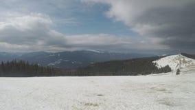 Montanhas Carpathian do ` s no inverno vídeos de arquivo