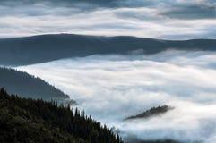 Montanhas Carpathian Montanhas cobertas na névoa no nascer do sol Fotos de Stock